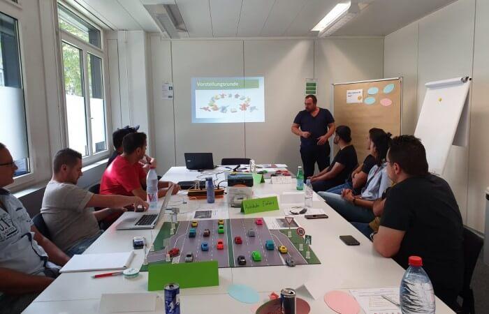 Übungsrau mit Teilnehmern - Fahrlehrerausbildung bei der Smile Schule